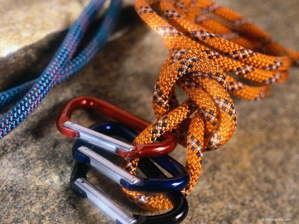 Склон для альпинистов на естественном рельефе скалы